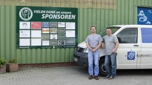 Die neue Sponsorenwand mit Wilm Renneberg und Ralf Borchert von der NW Nordwest Werbung GmbH